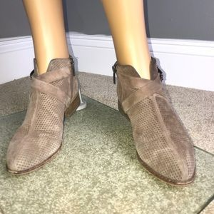 Vince Camuto Booties Size 6 1/2 Tan